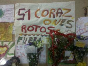 Se leian carteles, dibujos, flores...