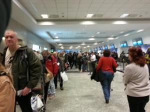 El hall de Aeroparte y la cola para cancelar... mas los quilombos de los vuelos